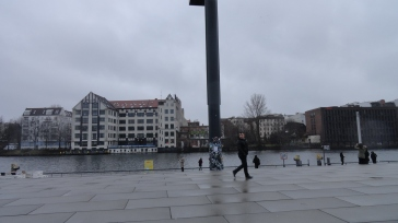 The River Spree along the wall.